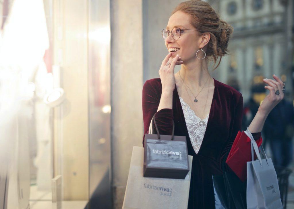 Gambar Wanita memegang Goodie Bag  Pada Sore Hari